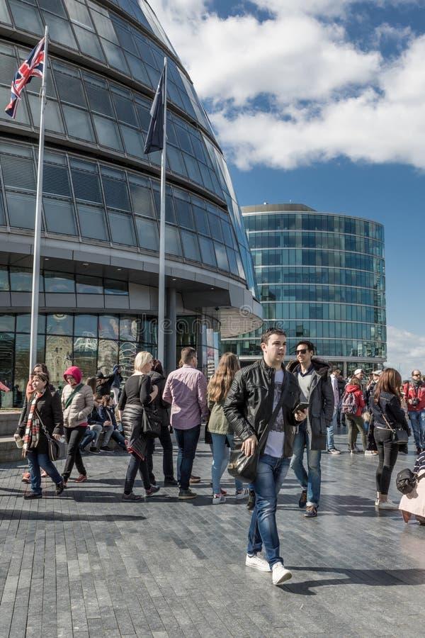 LONDON UK - MARS 25, 2016: Turister på Southbanken av then royaltyfri foto