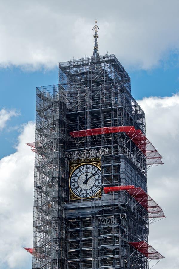 LONDON/UK - 21 MARZO: Punto di vista di grande Ben Covered in armatura dentro fotografia stock libera da diritti