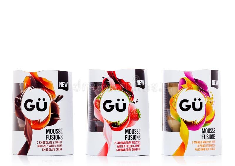 LONDON UK - NOVEMBER 03, 2017: Efterrätt för mousse för yoghurt för för GU mangojordgubbe och choklad på vit royaltyfri fotografi