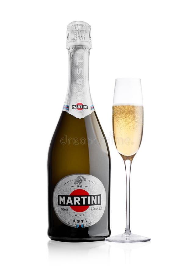LONDON UK - November 24, 2017: Flaska och exponeringsglas av mousserande vin Martini Asti på vit Producerat i Italien fotografering för bildbyråer