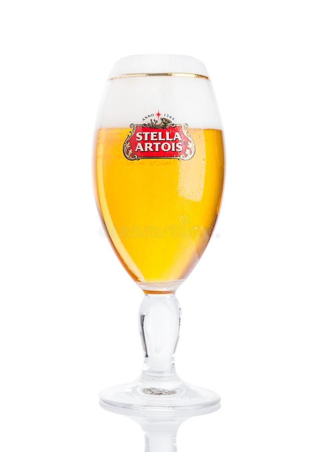 LONDON UK - NOVEMBER 29 2016 kalla exponeringsglas av Stella Artois öl på vit bakgrund, framstående märke av Anheuser-Busch InBev royaltyfria foton