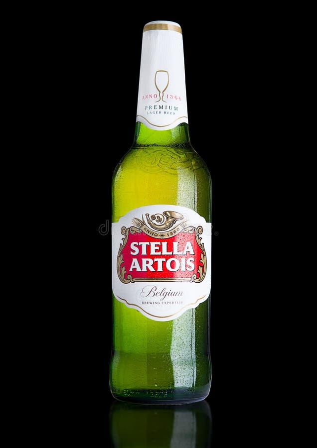 LONDON UK - NOVEMBER 29 2016 kalla flaska av Stella Artois öl på svart bakgrund, framstående märke av Anheuser-Busch InBev, är royaltyfri bild