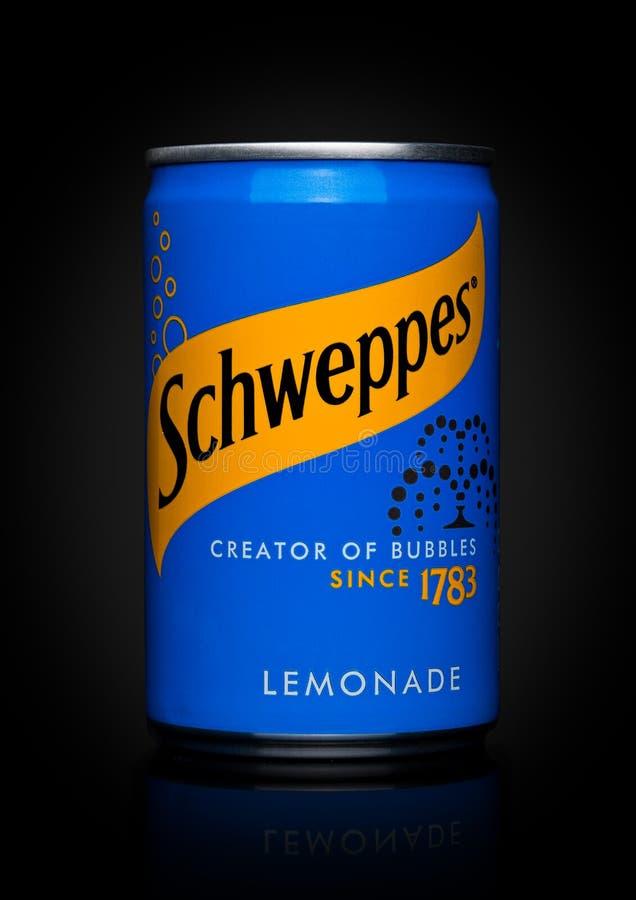 LONDON UK - NOVEMBER 10, 2017: Schweppes tenn- ljust rödbrun lemonad på svart Dren Pepper Snapple Group är den aktuella ägaren av arkivbilder