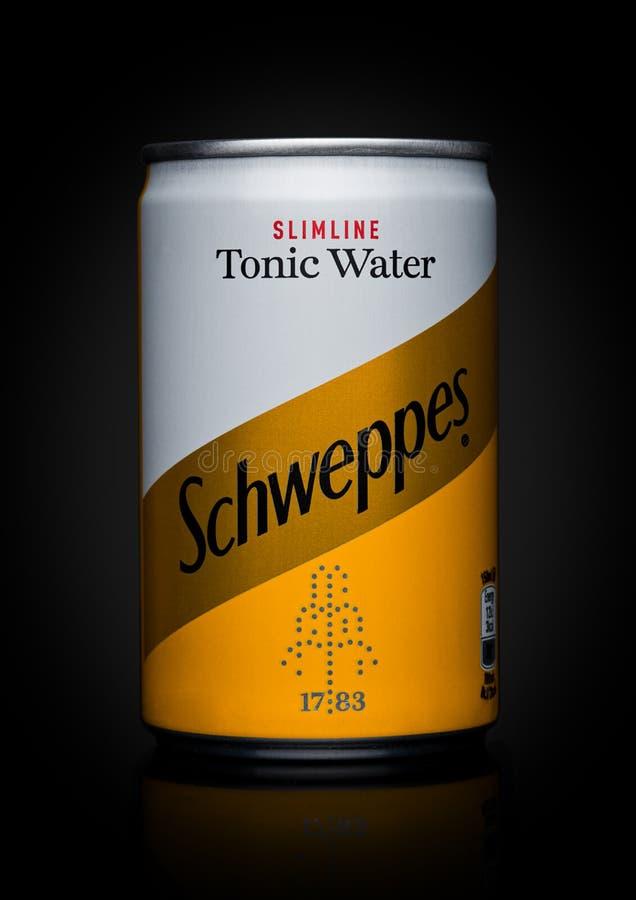 LONDON UK - NOVEMBER 10, 2017: Smak för Schweppes tenn- tonocvatten på svart Dren Pepper Snapple Group är den aktuella ägaren av  fotografering för bildbyråer