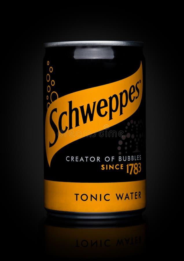 LONDON UK - NOVEMBER 10, 2017: Smak för Schweppes tenn- tonocvatten på svart Dren Pepper Snapple Group är den aktuella ägaren av  royaltyfri foto