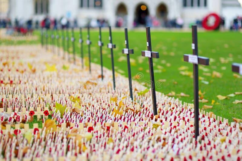 LONDON UK - NOVEMBER 19, 2017: Vallmo korsar på Westminster Abbey Field av minnet, för att minnas militär- och civilistwh royaltyfri fotografi