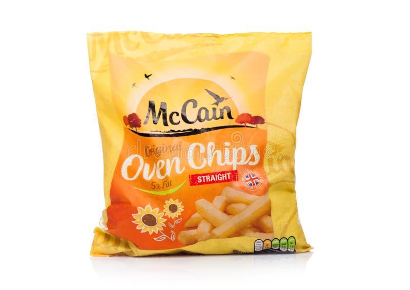 LONDON UK - OKTOBER 05, 2018: Packa od McCain original- Oven Chips på vit bakgrund fotografering för bildbyråer