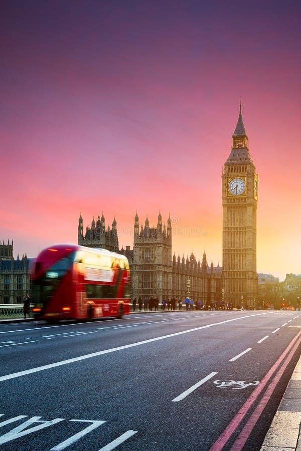 London UK Röd buss i rörelse och Big Ben, slotten av Wes arkivfoton
