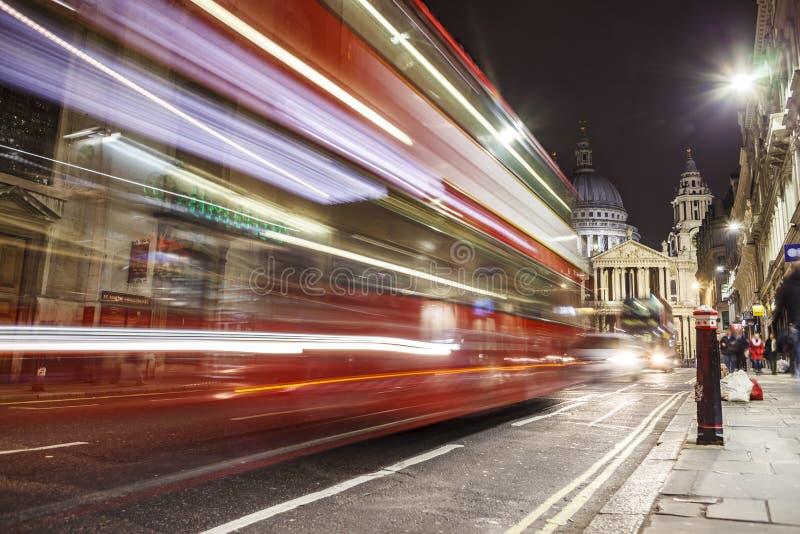 LONDON UK - 2016 03 23: Sts Paul domkyrka London, på natten, lång slutare royaltyfri fotografi