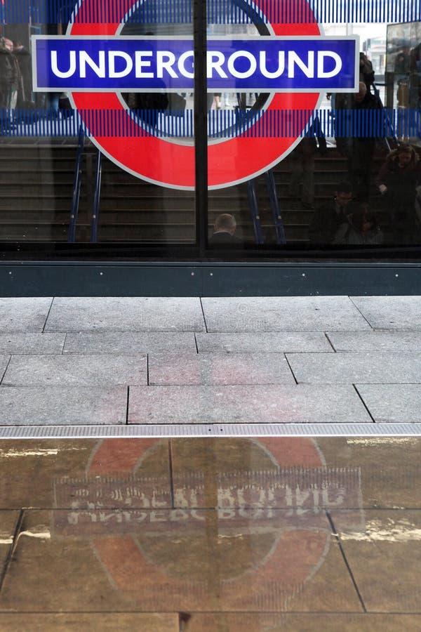London underjordiskt tecken och reflexion arkivfoto