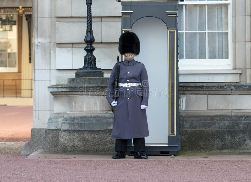 London, United Kingdom - Februari 21, 2019 : Guards in greatcoats on sentry duty at Buckingham Palace in London on February 21,. 2019 stock photos