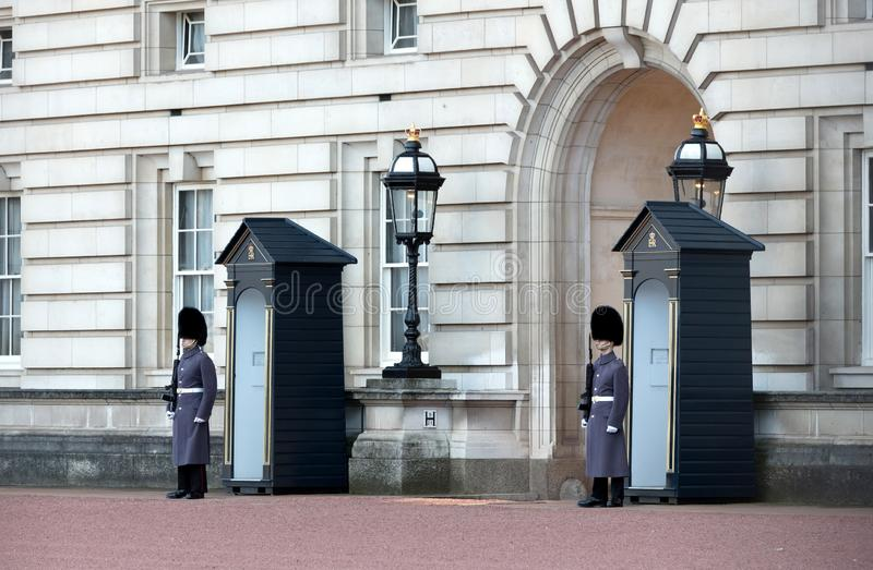 London, United Kingdom - Februari 21, 2019 : Guards in greatcoats on sentry duty at Buckingham Palace in London on February 21,. 2019 stock photography