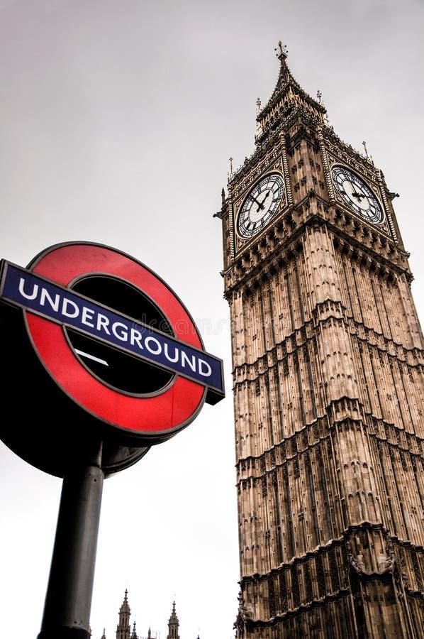 London-Untertagezeichen und Big Ben lizenzfreies stockbild