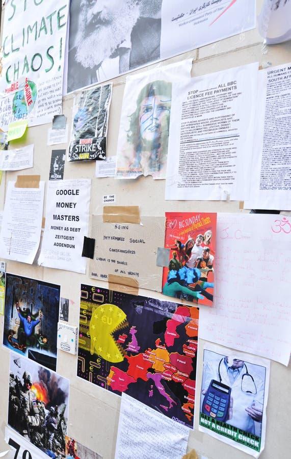 london upptar person som protesterarväggen arkivfoto