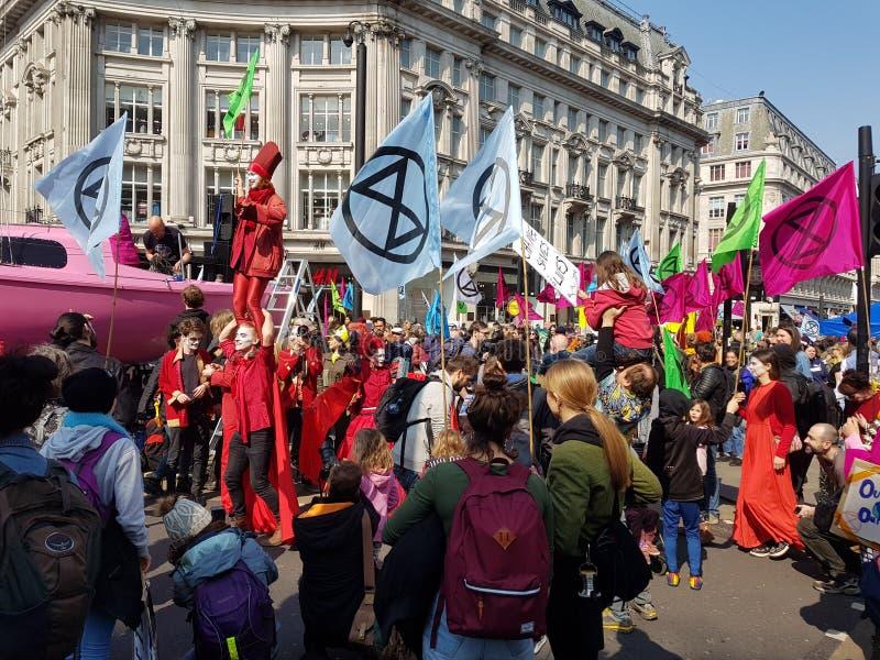 London, Vereinigtes Königreich, am 15. April 2019:- Löschungs-Aufstandsprotestierenderblock in Oxford Circus in zentralem Londo lizenzfreie stockbilder