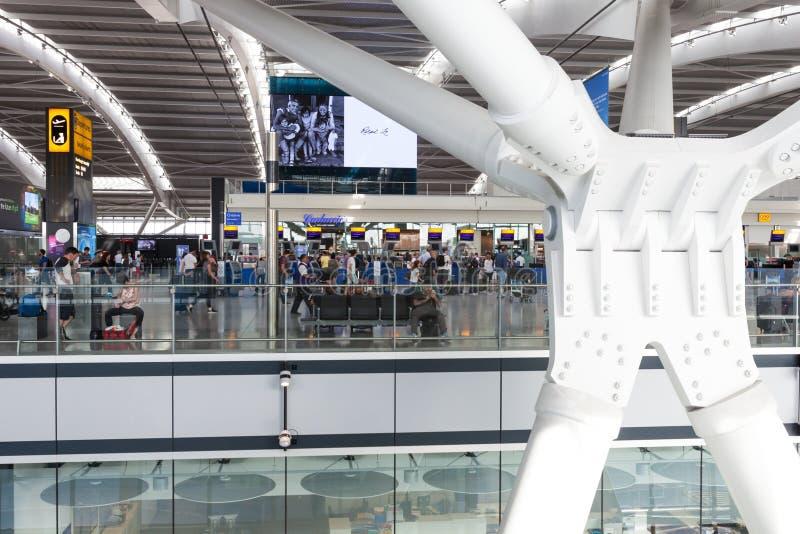 LONDON, VEREINIGTES KÖNIGREICH - 28. August 2017 - Abfahrt am Ende an Heathrow-Flughafen, einer von sechs internationalen Flughäf lizenzfreies stockfoto