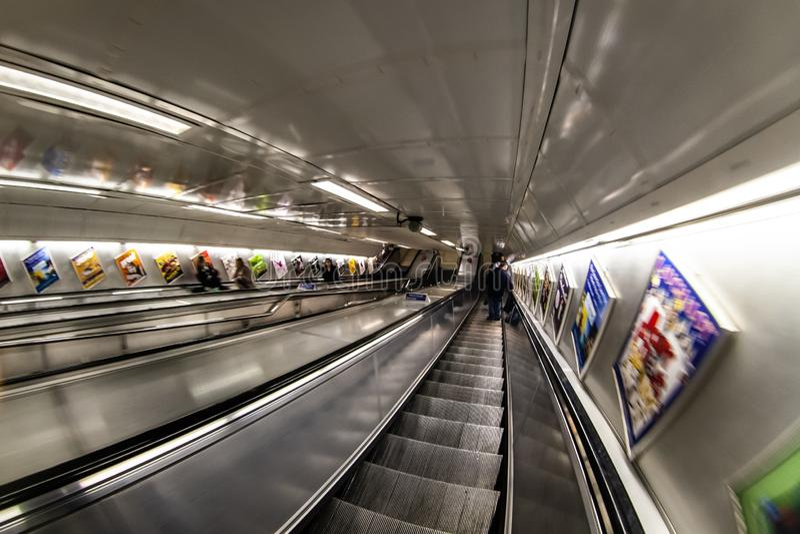 London, Vereinigtes Königreich - 17. Februar 2007: Reiten hinunter die Aufzüge in London-Rohr, extremes Weitwinkel-/fisheye Foto stockfotografie