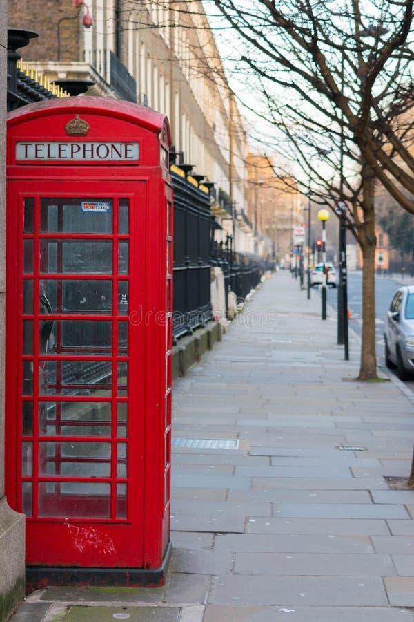 London, Vereinigtes Königreich, am 17. Februar 2018: Traditionelle rote Telefonzelle Londons stockbild