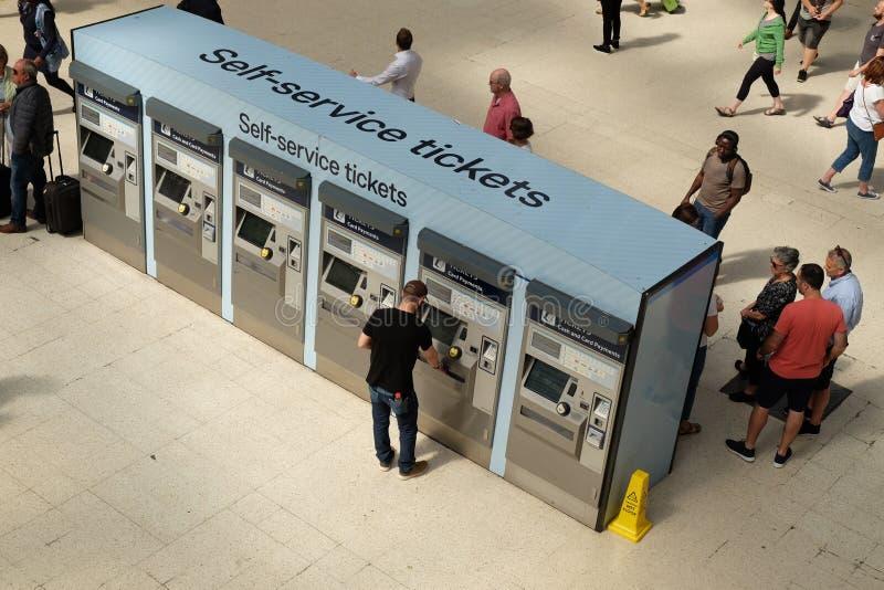 London, Vereinigtes Königreich: Am 1. Juli 2019 - kaufende Karten des Passagiers am Bahnhof unter Verwendung der Selbstservice-Ka lizenzfreie stockbilder
