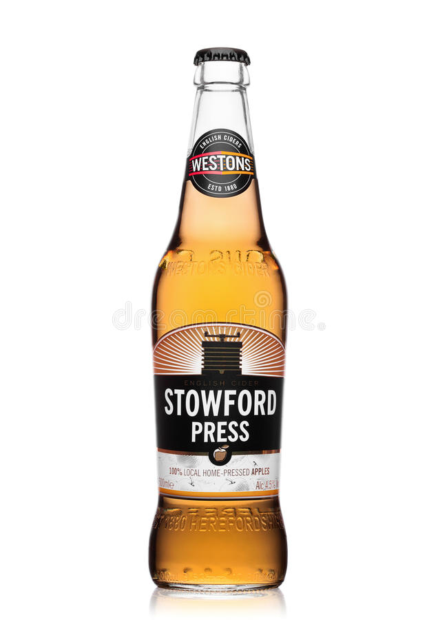 LONDON, VEREINIGTES KÖNIGREICH - 22. JUNI 2017: Flasche Stowford-Presse westons Apfelwein auf Weiß lizenzfreie stockbilder