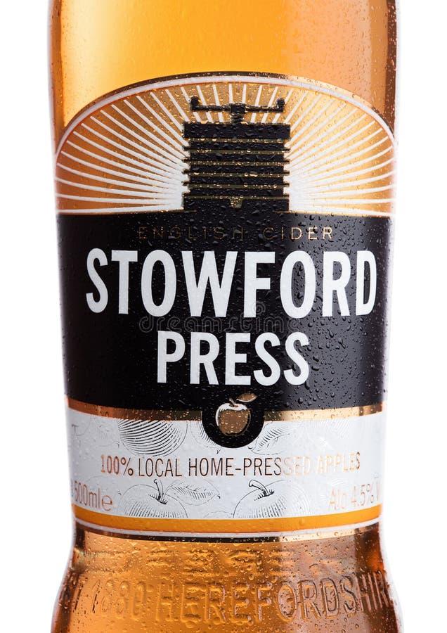LONDON, VEREINIGTES KÖNIGREICH - 22. JUNI 2017: Flaschenaufkleber von Stowford-Presse westons Apfelwein auf Weiß stockfotografie
