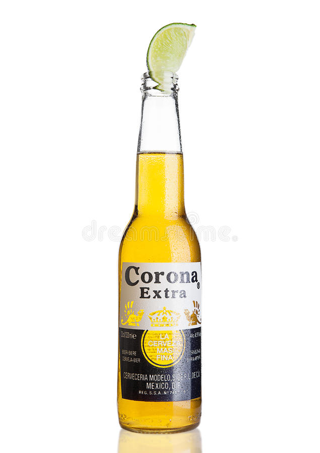 LONDON, VEREINIGTES KÖNIGREICH - 4. NOVEMBER 2016: Flasche von Corona Extra Beer mit Kalkscheibe Korona, produziert von Grupo Mod stockfotografie