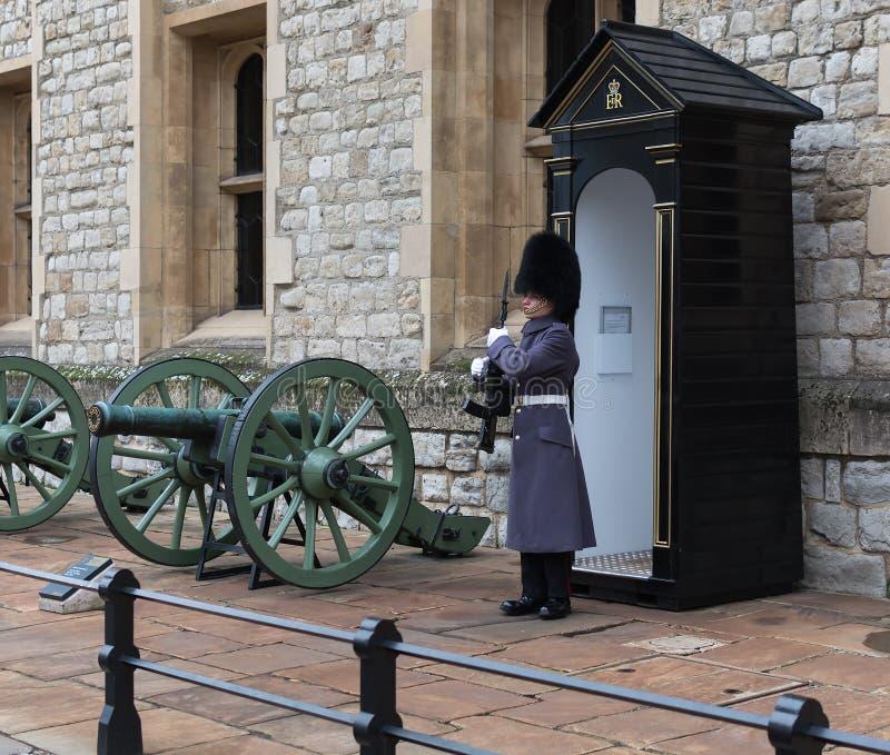 LONDON, VEREINIGTES KÖNIGREICH - 24. NOVEMBER 2018: Königlicher Schutz am Tower von London Junger Soldat, der Kronenjuwelen schüt stockbilder