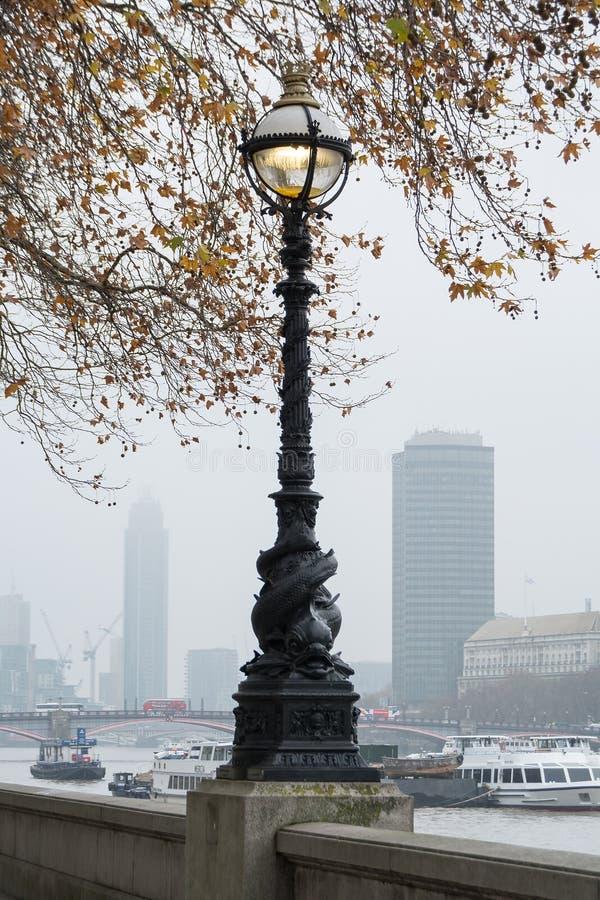 LONDON, VEREINIGTES KÖNIGREICH - 23. NOVEMBER 2018: Nebelhaft Ansicht der Themse und der alten Straßenbeleuchtung stockfotos