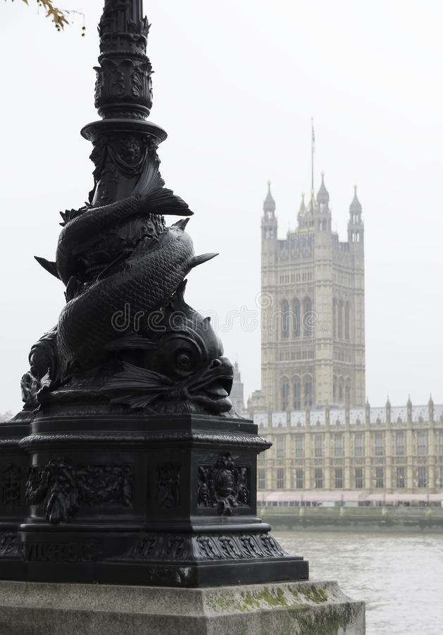 LONDON, VEREINIGTES KÖNIGREICH - 23. NOVEMBER 2018: Nebelhaft Ansicht der Themse und der Parlamentsgebäude Alte Straßenbeleuchtun lizenzfreies stockfoto