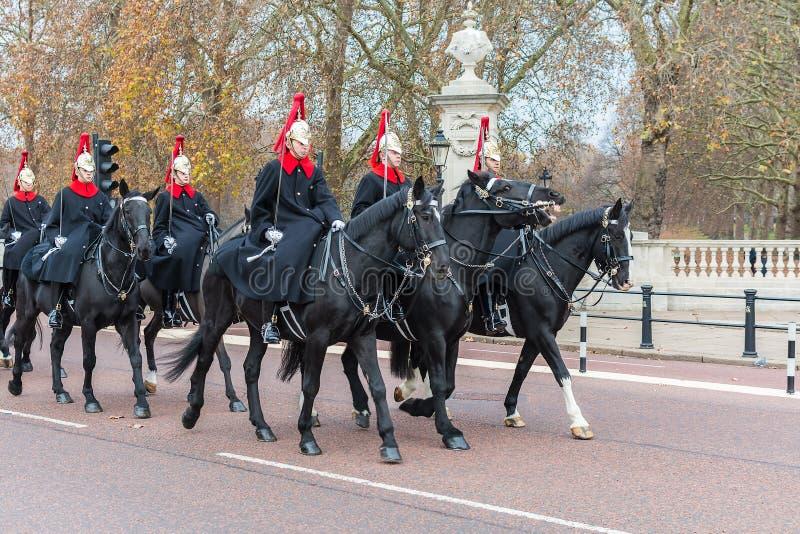 LONDON, VEREINIGTES KÖNIGREICH - 25. NOVEMBER 2018: Schutz berühmter London-Königin Pferde Pferderuecken nahe Buckingham Palace lizenzfreies stockfoto