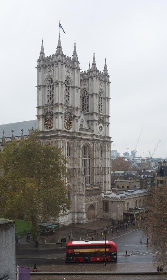 LONDON, VEREINIGTES KÖNIGREICH - 24. NOVEMBER 2018: Traditioneller roter Bus Londons, der nahe Westminster Abbey reist lizenzfreie stockfotos