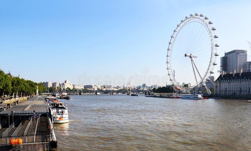 LONDON, Vereinigtes Königreich - 1. September 2017: Das London-Auge nahe der Themse in London Das Auge ist ein riesiges Riesenrad lizenzfreie stockbilder