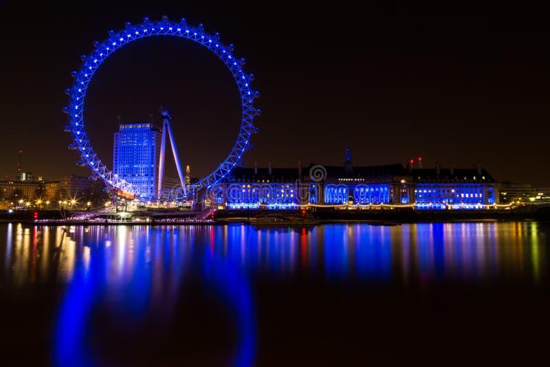 London, London/Vereinigtes Königreich - 6. September 2011: Eine Nachtlange Belichtung London Eyes in der blauen Neonfarbe lizenzfreie stockfotografie