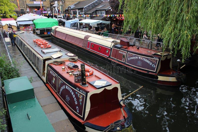 London waterbusfartyg som förtöjas av Camden Lock royaltyfri fotografi