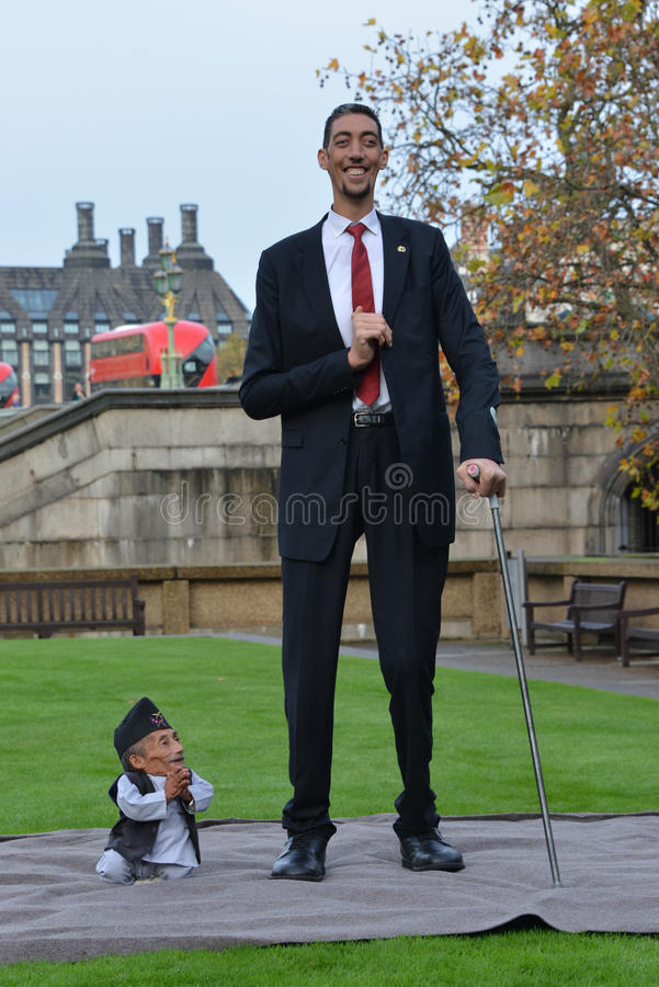 London: World's Tallest Man and Shortest Man meet on Guinness World Record. The world's tallest man and shortest man met for the first time on 13 November in stock image