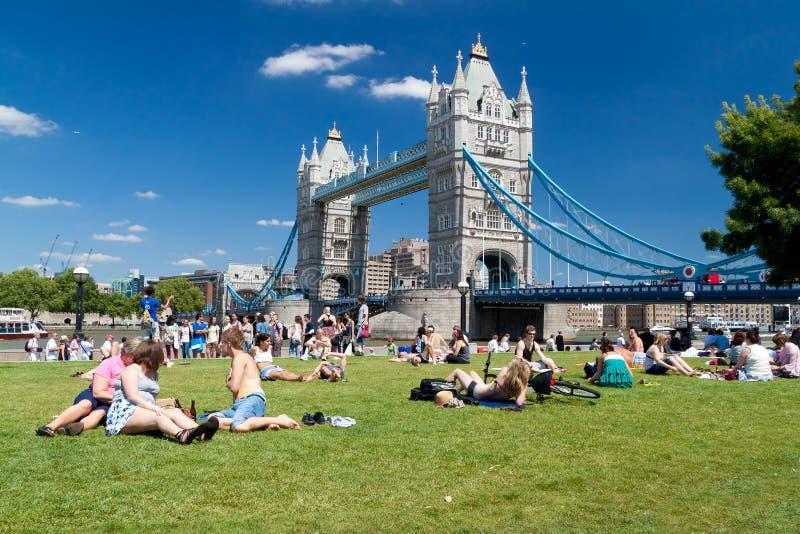Londoners die van de zomer geniet dichtbij de Brug van de Toren royalty-vrije stock fotografie