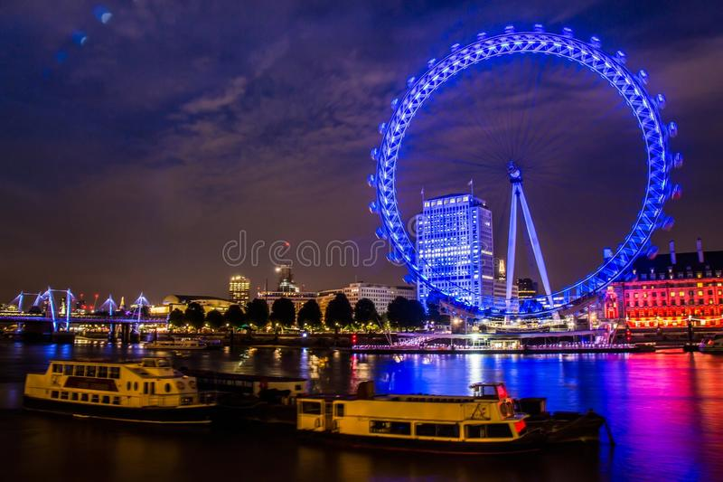 Londoneye vid natt royaltyfri fotografi