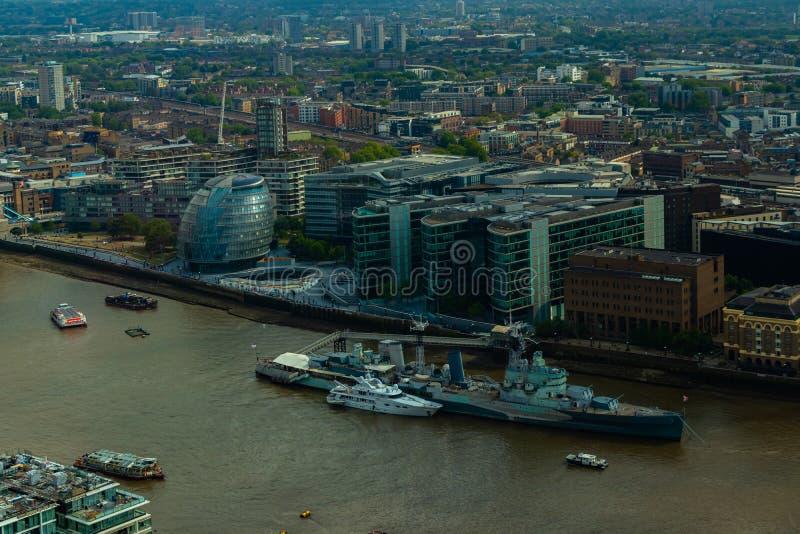 LondonRathaus und Gebäude am Südufer der Themses stockfotografie