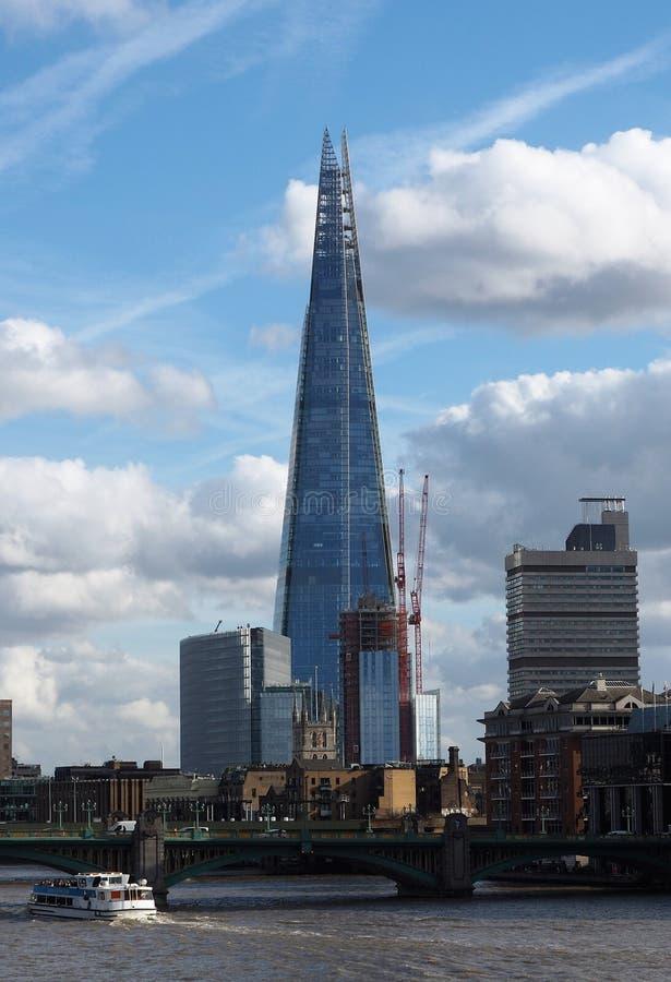 Londons在泰晤士河旁边的碎片塔 免版税库存图片