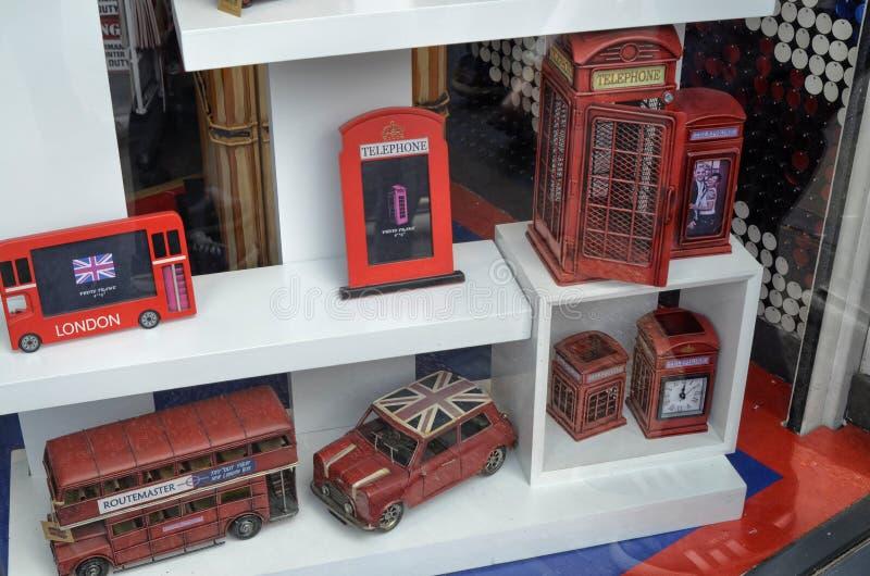 Londons Telefonzellen und doppelstöckige Busse stockbild