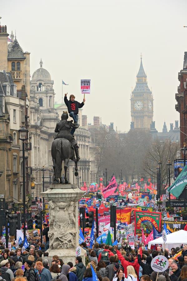 LONDRA - 26 MARZO: I protestatori marciano giù Whitehall contro dispendio pubblico taglia dentro un raduno -- Marzo per l alternat