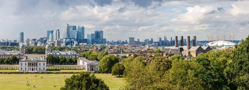 LONDRA - 12 AGOSTO: L'orizzonte di Canary Wharf da Greenwich immagini stock