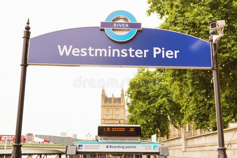 LONDRA - 23 AGOSTO 2017: pilastro di Westminster del segno e probabilità di intercettazione d'imbarco immagine stock