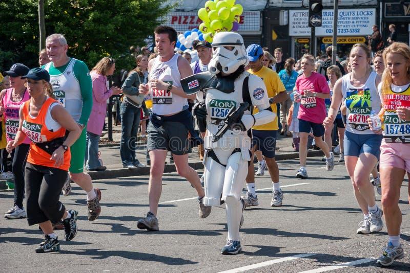 LONDRA - 17 APRILE: Corridori alla maratona di Londra il 17 aprile, fotografia stock