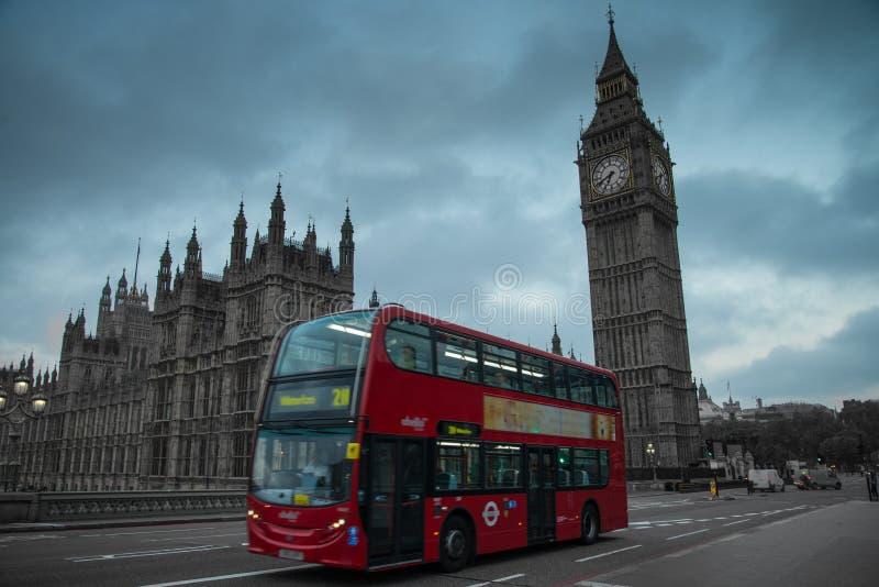 Londra Big Ben e autobus a due piani fotografie stock