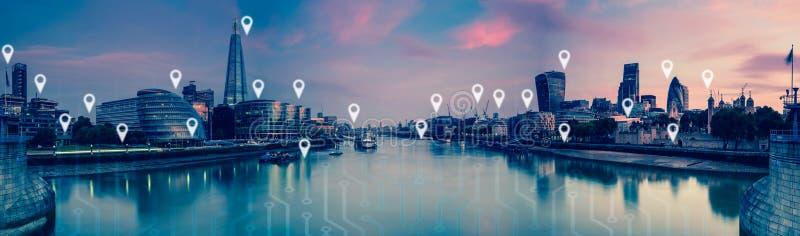 Londra con i perni della mappa, la rete ed il concetto piani dei collegamenti immagini stock