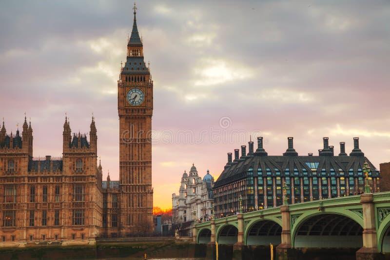 Londra con la torre di orologio e camere del parlamento for Camere parlamento