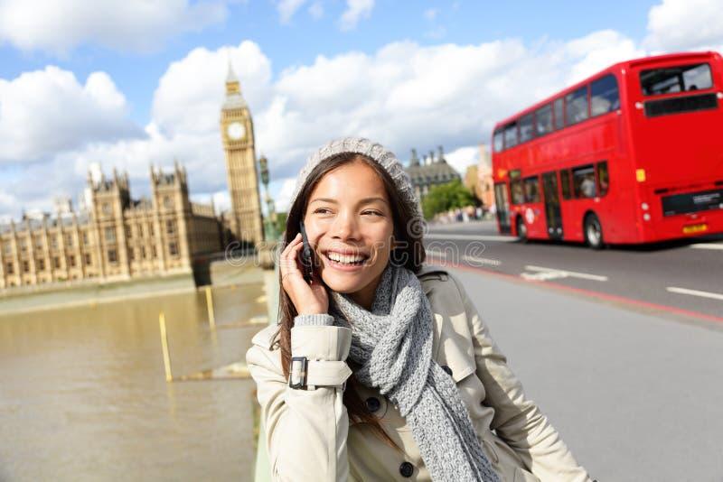 Londra - donna professionale di affari sullo smartphone fotografia stock
