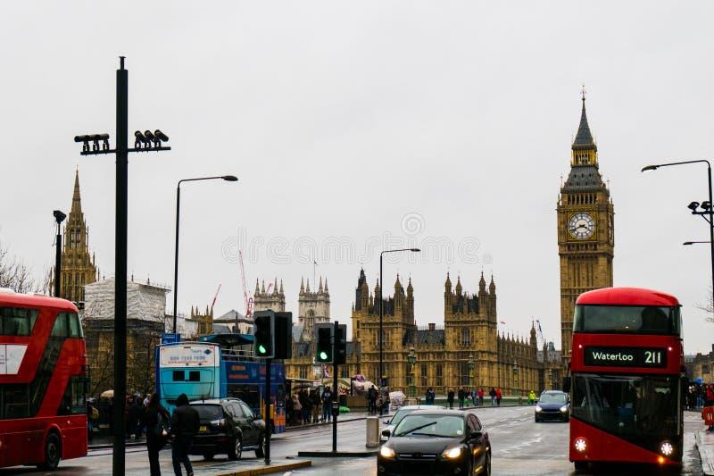 01-29-2017 Londra - doppio bus rivestito e Big Ben fotografie stock