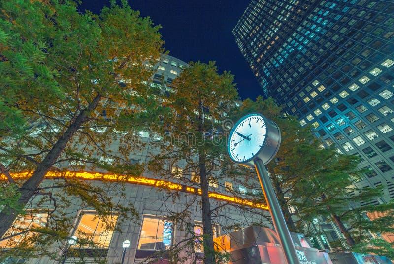 Download LONDRA - 14 GIUGNO 2015: Luci Degli Edifici Di Canary Wharf A Vicino Immagine Stock Editoriale - Immagine di corporativo, costruzioni: 56884554